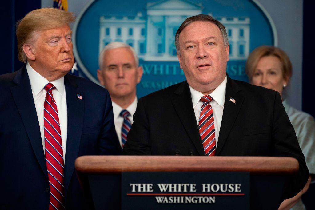 3月20日美國務卿蓬佩奧(右)出席白宮關於中共病毒簡報會並回答記者提問。(JIM WATSON/AFP via Getty Images)