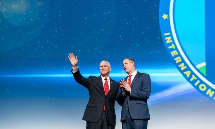 副總統邁克·彭斯(Mike Pence)(左)和NASA局長吉姆·布萊登斯汀(Jim Bridenstine)在華盛頓第70屆國際宇航大會上。(公有領域)