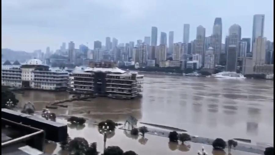 重慶首啟一級防汛警報 洪水罕淹樂山大佛腳趾