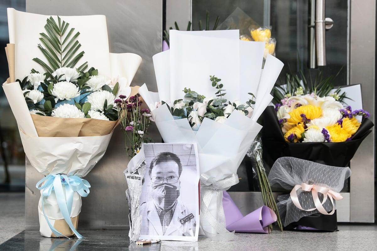 2月7日,日本放送協會(NHK)報道李文亮去世周年的節目,在大陸播放時遭中共切斷訊號。圖為2020年2月7日武漢市中心醫院後湖分院紀念李文亮的現場。(STR/AFP via Getty Images)