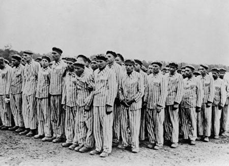 布痕瓦爾(Buchenwald)集中營的點名,拍攝時間大約是1938-1941年。(Shutterstock)
