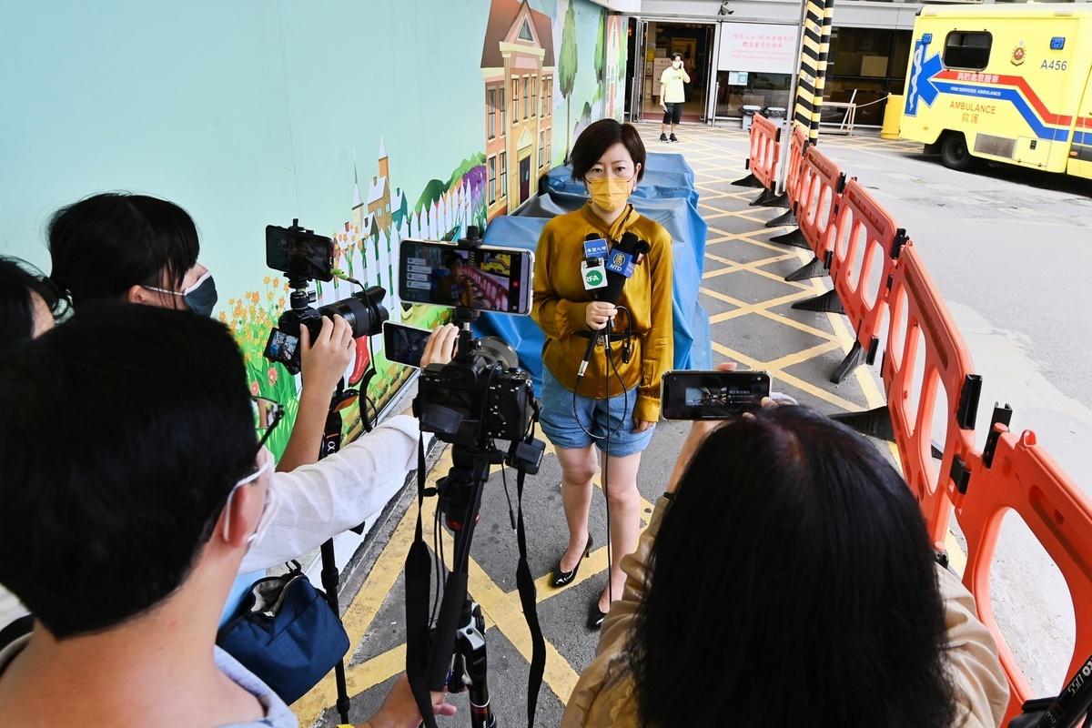 2021年5月11日13時許,香港大紀元記者梁珍被送往伊莉莎白醫院驗傷之後,接受記者採訪。(宋碧龍/大紀元)