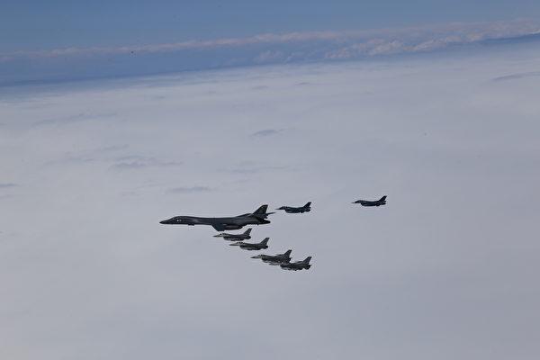 2020年4月22日,從美國本土起飛的B-1B槍騎兵轟炸機,與日本三澤空軍基地的F-16戰鬥機和日本空中自衛隊的F-2、F-15戰鬥機聯合訓練。美軍羅斯福號航母染疫後撤關島,中共忽然出動遼寧號航母穿越第一島鏈,美軍罕見出動B-1B戰略轟炸機應對。中共航母回港後,之後近8個月未敢出動。(日本空中自衛隊)