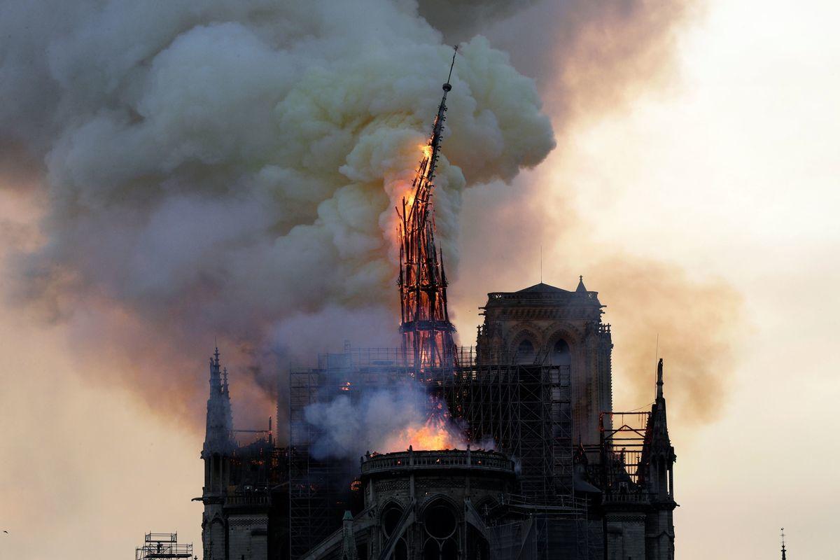 4月15日下午,巴黎著名歷史古蹟聖母院失火,教堂歷史性的尖頂倒塌。(Geoffroy VAN DER HASSELT/AFP)