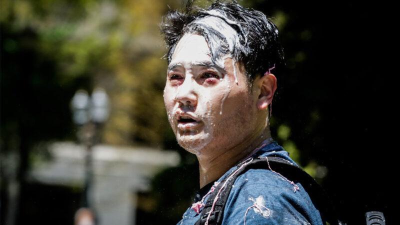 2019年6月29日,在俄勒岡州波特蘭(Portland),記者安迪‧恩戈(Andy Ngo)被「安提法」以未知物質襲擊。(Moriah Ratner/Getty Images)