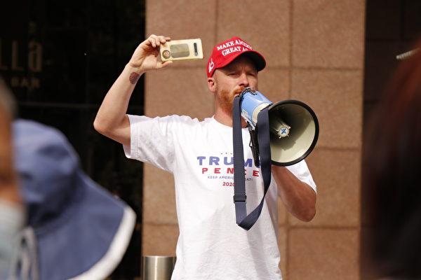 活動發起人之一、英裔澳洲公民Steve Booth在「為特朗普而戰」的集會上發言。(李奕/大紀元)