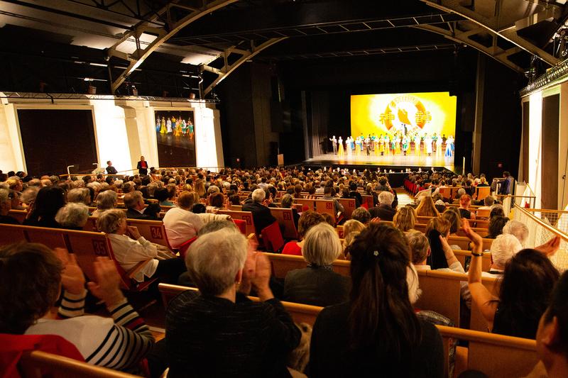 2月28日晚,神韻國際藝術團今年在日內瓦BFM劇院的第一場演出爆滿,現場氣氛熱烈。(吳青松/大紀元)