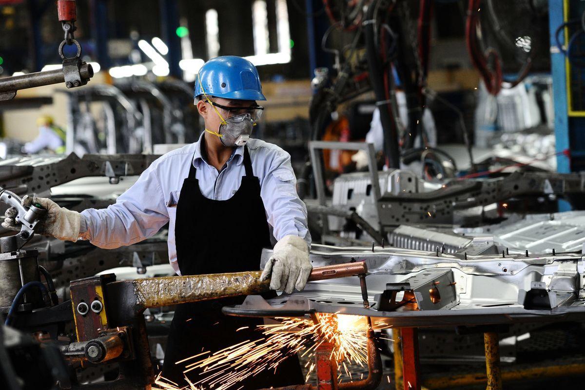 渣打集團最近調查發現,大約有70%在大陸的外資企業考慮至少把一部份產能遷出大陸,越南是受歡迎的目的地。圖為越南工人。(HOANG DINH NAM/AFP/Getty Images)