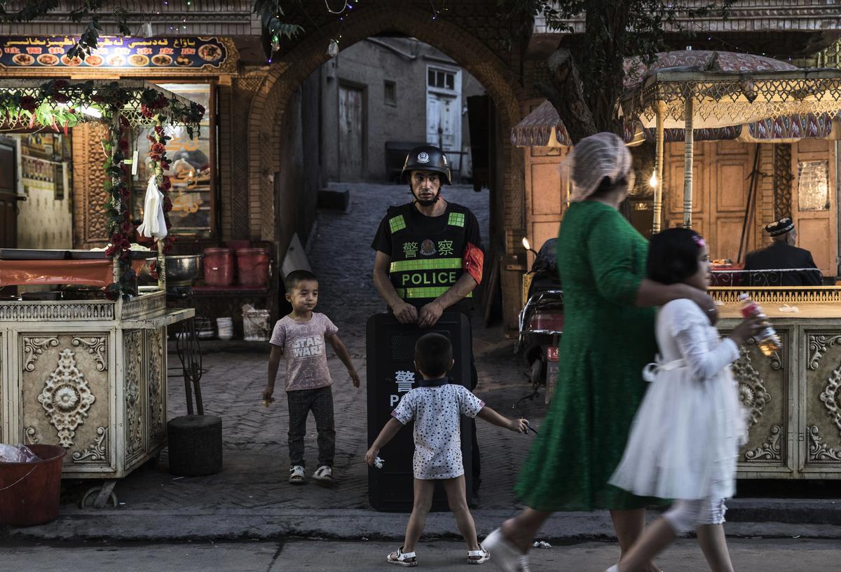 去年夏天,新疆跟外界的網絡聯繫開始中斷。在微信上,維吾爾人開始切斷跟外國親友的聯繫。許多人要求他們的國外家人不要給他們打電話。(Kevin Frayer/Getty Images)