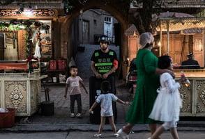 維吾爾人一夜間消失 中共集中營人滿為患
