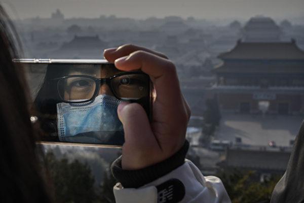 中共肺炎迅速傳播。圖為2020年1月25日一位戴口罩女生正在遠眺已經被關閉的紫禁城。(Kevin Frayer/Getty Images)