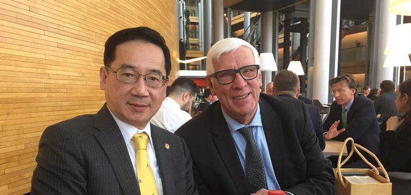 中華民國監察委員張武修(左)3月12日分別與歐洲議會議員貝柏士及其他共6位歐洲議員會晤。(張武修提供/中央社)