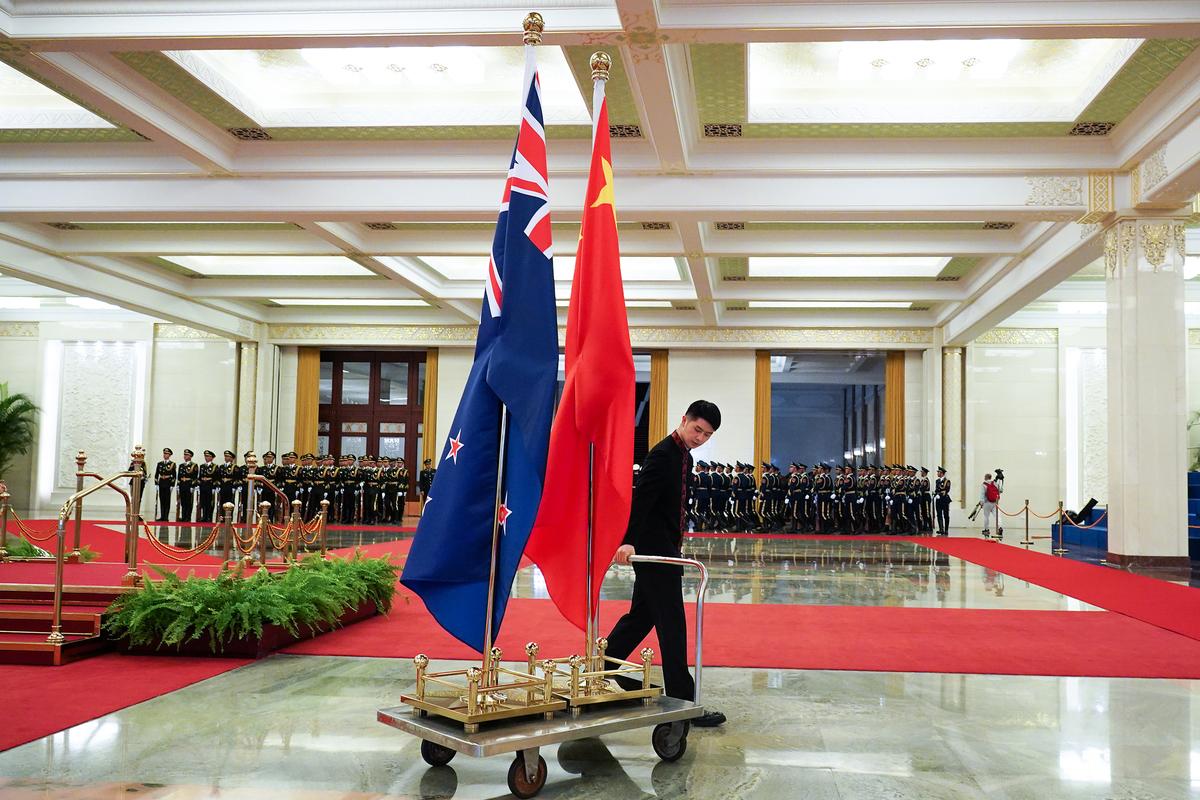 2019年4月1日,在國務院總理李克強於北京人民大會堂與紐西蘭總理傑辛達·阿德恩會談結束後,陪同人員將兩國國旗運往他處。(Andrea Verdelli/Getty Images)