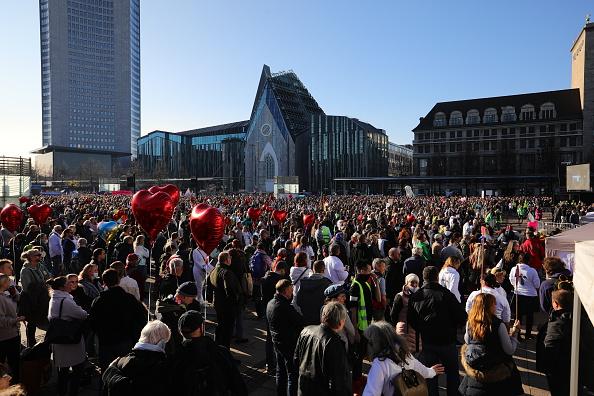11月7日,至少2萬人在萊比錫參加各種抗議活動。其中最大的是「橫向思維」組織的反對政府防疫措施的集會。(Omer Messinger/Getty Images)