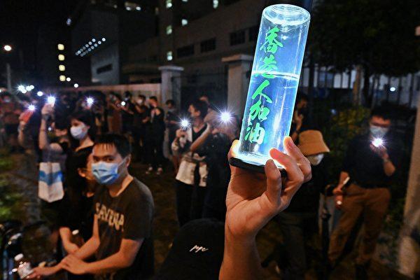 2021年6月24日《蘋果日報》出報最後一晚,市民在雨中送別蘋果,亮起手機燈並高喊「香港人加油」。(宋碧龍/大紀元)