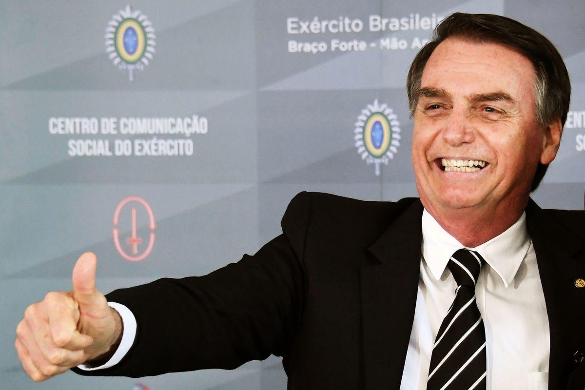 有「熱帶特朗普」之稱的巴西新當選總統波索納洛(Jair Bolsonaro,如圖)下周二(2019年1月1日)正式上任,美國國務卿蓬佩奧將率團出席他的就職典禮,並與其商討對抗中共掠奪貿易行為的對策。(Photo credit should read EVARISTO SA/AFP/Getty Images)