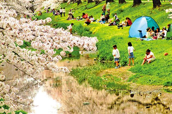 4月4日清明節,是祭拜先人,慎終追遠的日子。據香港天文台預測當天最高氣溫至31°C,前往掃墓的市民,記得多補充水分,預防中暑。(容乃加/大紀元)