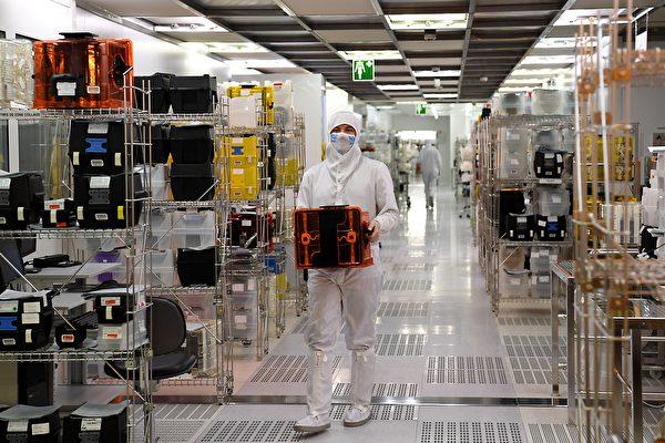 美國媒體分析說,儘管北京尋求實現晶片自主,但如果特朗普政府決定施壓,限制美國技術和高端晶片出口,中共的目標將受到阻礙。(JEAN-PIERRE CLATOT/AFP/Getty Images)