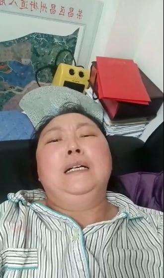 曹禮淑病房被停電,她在母親陪伴下來到榮昌區信訪辦請求幫助,但未獲正面回應。(受訪者提供/影片截圖)