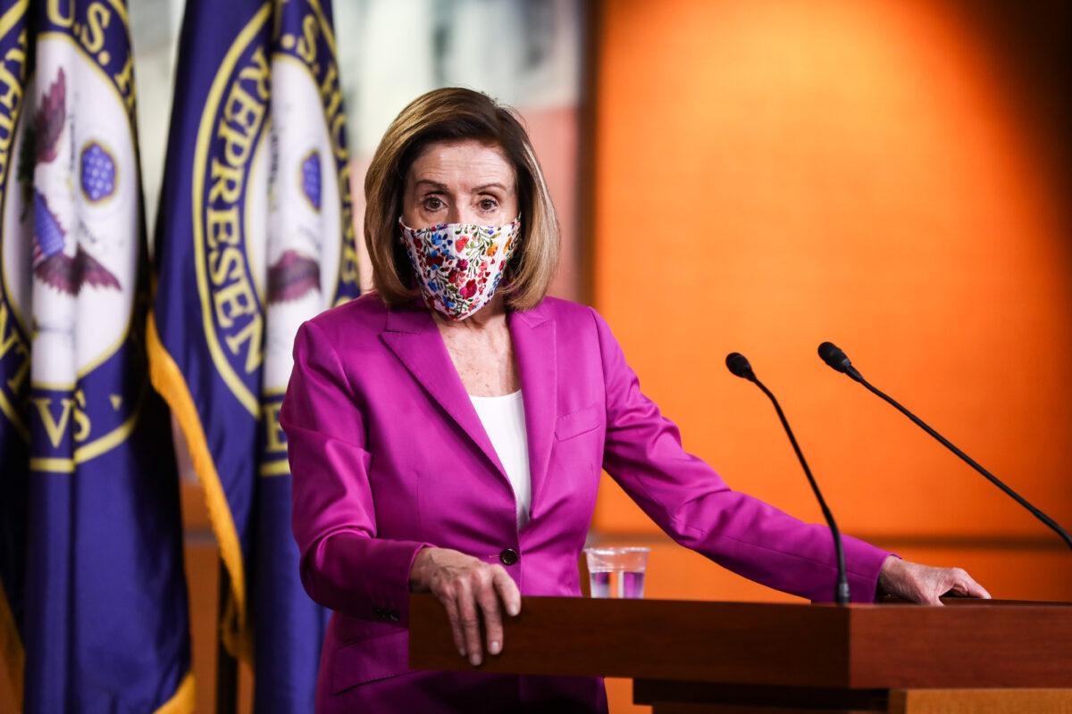 眾議院議長南希‧佩洛西(加州民主黨)2021年1月7日在華盛頓國會大廈向媒體發表講話。(Charlotte Cuthbertson/大紀元時報)