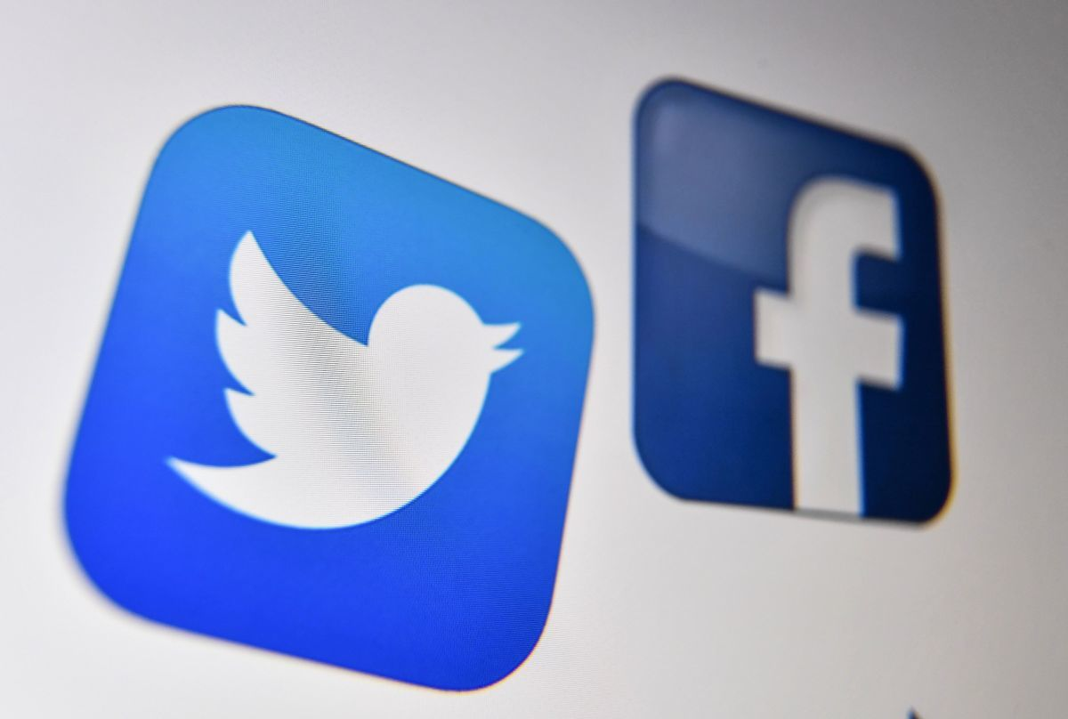 美國在線社交媒體Twitter和Facebook的圖示。(Denis Charlet/AFP via Getty Images)