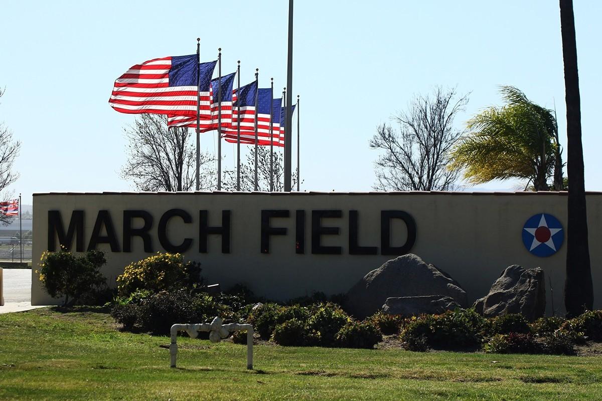 圖為加利福尼亞州里弗賽德市瑪奇空軍儲備基地的入口。2020年1月29日,一架載有200名撤僑的包機從中國武漢抵達該空軍基地。(Photo by matt hartman / AFP)