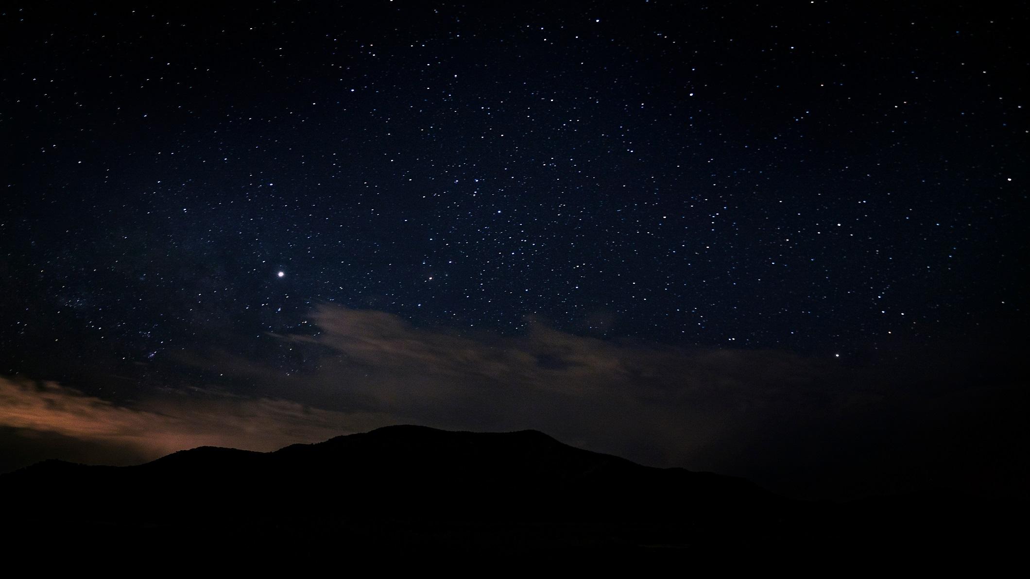 英國多地民眾發現,在跨年夜的午夜過後,天空中出現飄移的橘色光球。此為美國猶他州的夜空,與本文無關。(Shutterstock)