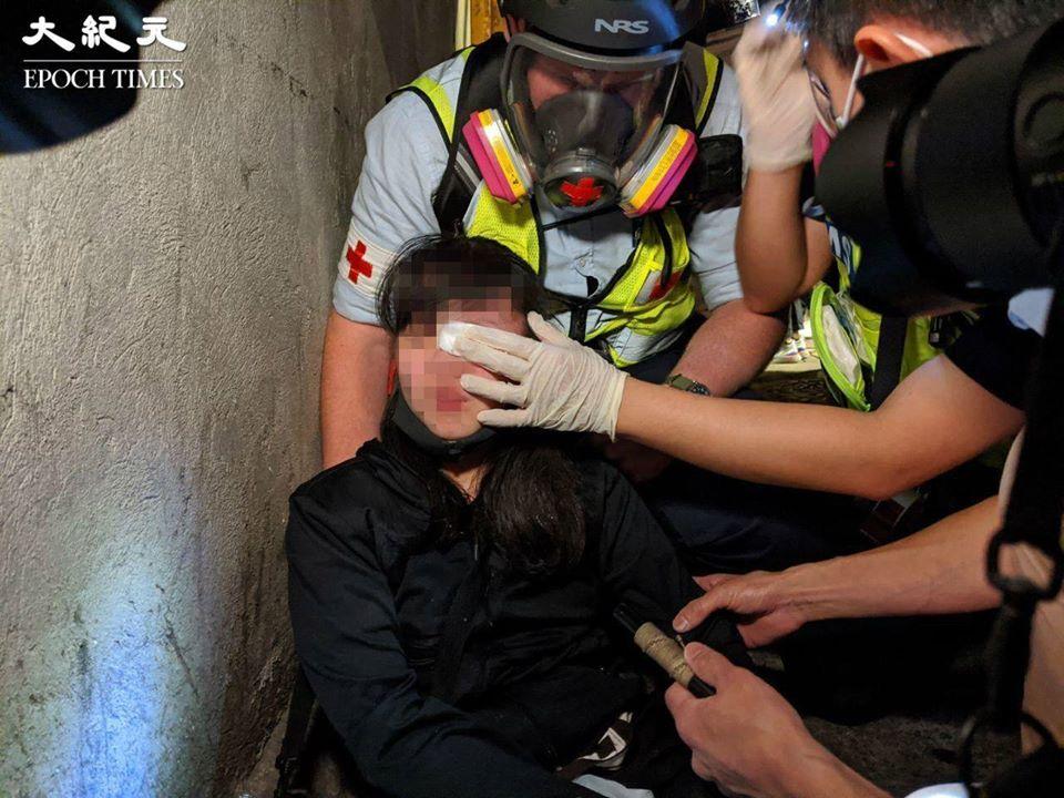 香港警方於太子道西砵蘭街交界發射數槍胡椒球彈,一名女生眼睛被擊中。(大紀元)