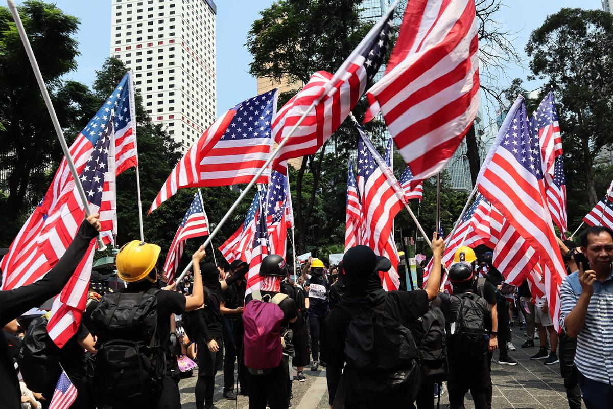 9月9日香港民眾在遮打花園集會,為港民主和人權祈福,民眾高喊「驅除共黨光復香港」。(駱亞/大紀元)