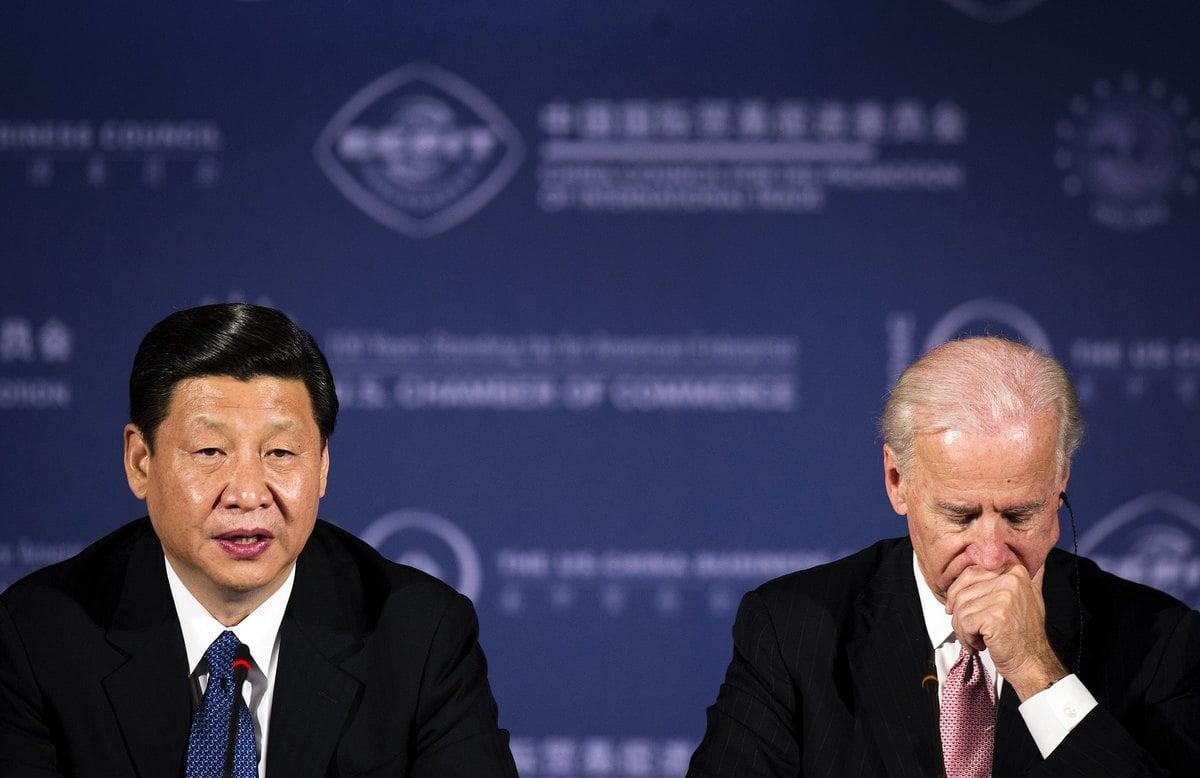 2012年2月14日,時任美國副總統拜登(Joe Biden,右),與當時還是中共接班人的習近平(左),在華盛頓特區參加美國商會的一次商務圓桌會議。(Jim Watson/AFP via Getty Images)