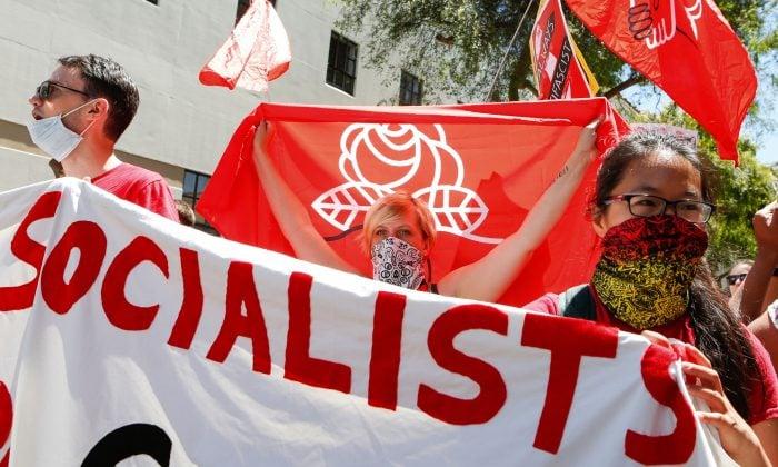2018年8月5日,「美國民主社會主義」(Democratic Socialists of America,DSA)組織成員在加州伯克利市中心遊行。(Amy Osborne/AFP/Getty Images)
