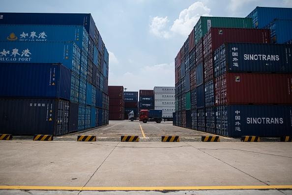 受中美貿易戰的影響,美國公佈的上半年貿易數據顯示,大陸對美出口大跌。(JOHANNES EISELE/AFP/Getty Images)