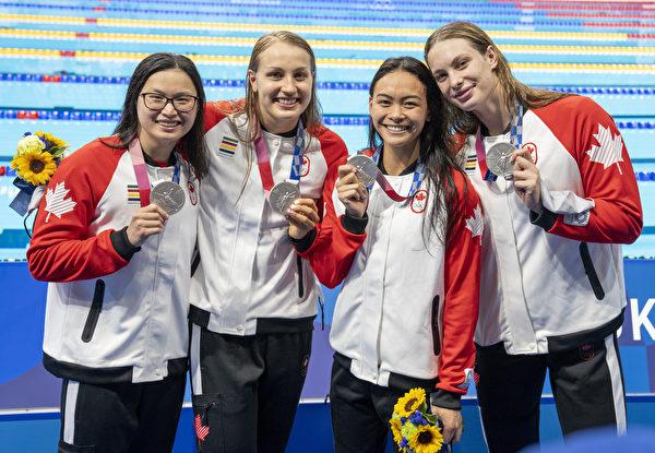 麥克尼爾在女子4×100米自由泳接力賽中獲得銀牌,這是加拿大隊在2020年東京奧運會上的首枚獎牌。(加通社)