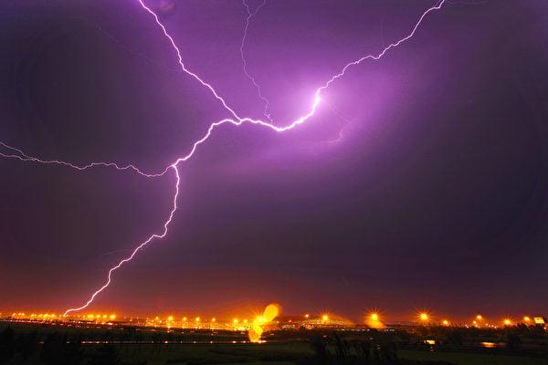 長春電視插播,猶如一道震撼電波,刺破了中共對法輪功的謊言鐵牆和黑幕。圖為大陸天空一次閃電。(Getty Images)