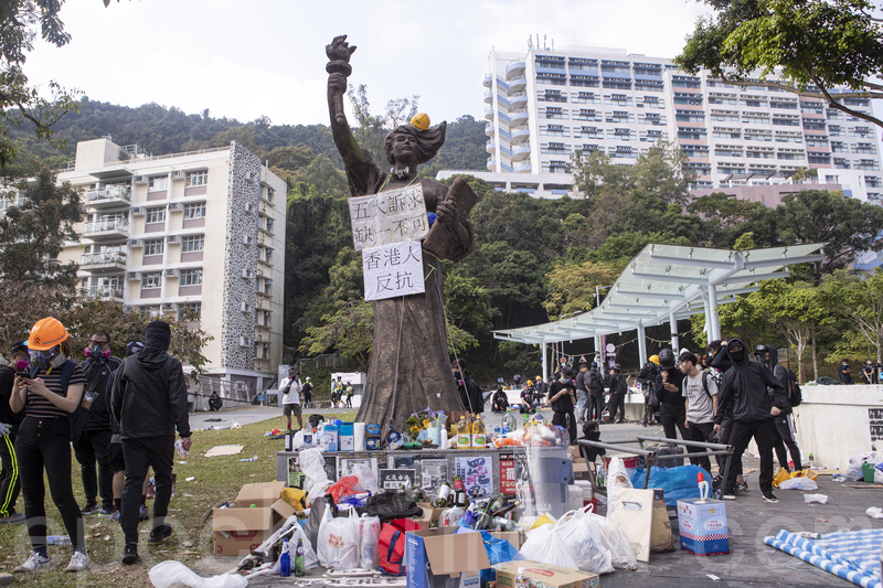 2019年11月13日,警察闖進香港各大學校園,狂轟濫捕青年學生。學生日夜扺抗。圖為中大校園景。(余鋼/大紀元)
