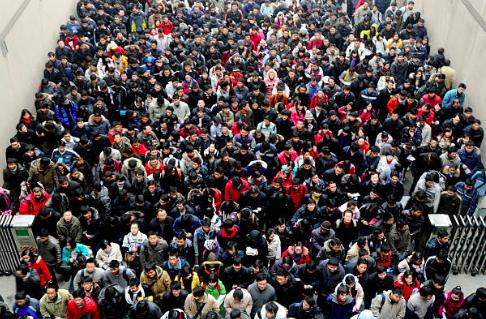 圖為2010年1月9日,考研學生進入武漢華中科技大學參加考試,當年全國有約140萬考生。報考2021年研究生考試的考生有422萬人,考試將於今年12月26日開始。(Getty Image)
