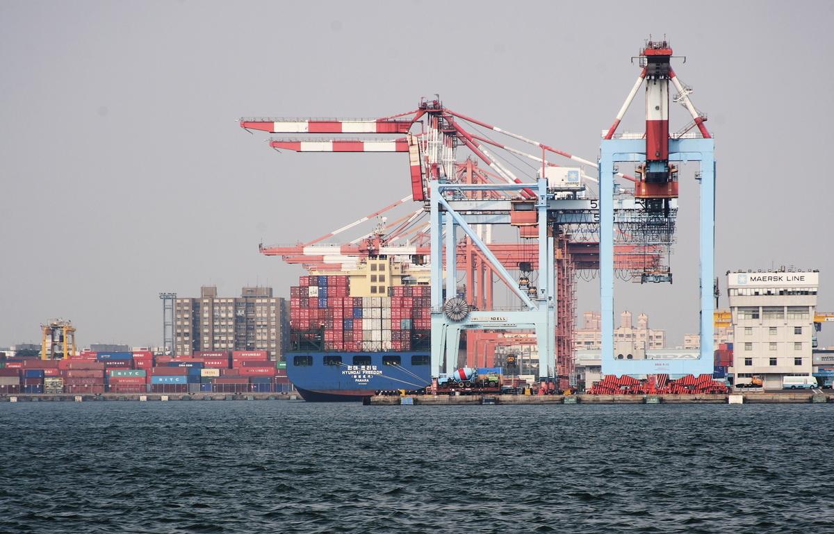 1月10日再有10家台灣中小企業確定投資本土42億元,法國投資銀行近日表示,台灣經濟更多元化,在2019年以至2020年都位於「亞洲四小龍」之首。圖為台灣高雄港。 (A-lu-mih/維基公有領域)