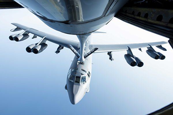 2020年9月16日,隸屬米諾特空軍基地第5轟炸機聯隊的美國空軍B-52H轟炸機,在地中海上空接受KC-135空中加油機補給。(美國國防部網站)