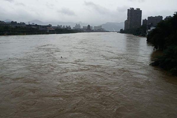 截至7月12日11時,江西已有四個水文站水位相繼突破1998年歷史極值,且水位均仍在上漲。圖為德鎮城區被洪水襲擊。(受訪者提供)