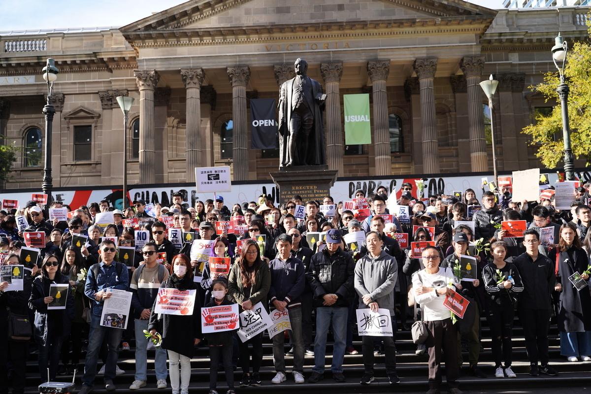 2019年6月16日,千餘名墨爾本市民在市中心州立圖書館前舉行集會,要求港府撤回《引渡條例》修訂案。(Peter/大紀元)