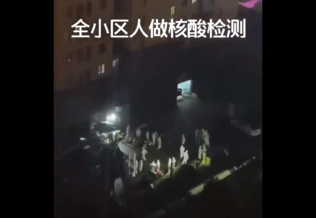 2021年1月24日晚間,位於鎮江市潤州區的國信宜和小區被封閉,全小區開始核酸檢測。2號樓居民戶戶穿隔離服上6輛大巴去思泊麗酒店集中隔離。(影片截圖)