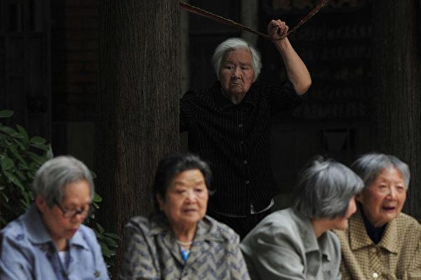中共社科院的報告顯示,按照目前的速度,大陸養老金至2035年將耗盡累計結餘。圖為南京街頭的老人。(大紀元資料室)