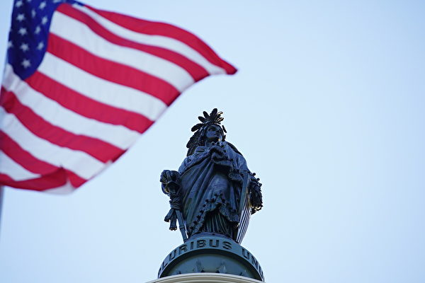 2020年5月13日世界法輪大法日,飄揚在美國國會大廈上空的美國國旗。(York Du/大紀元)
