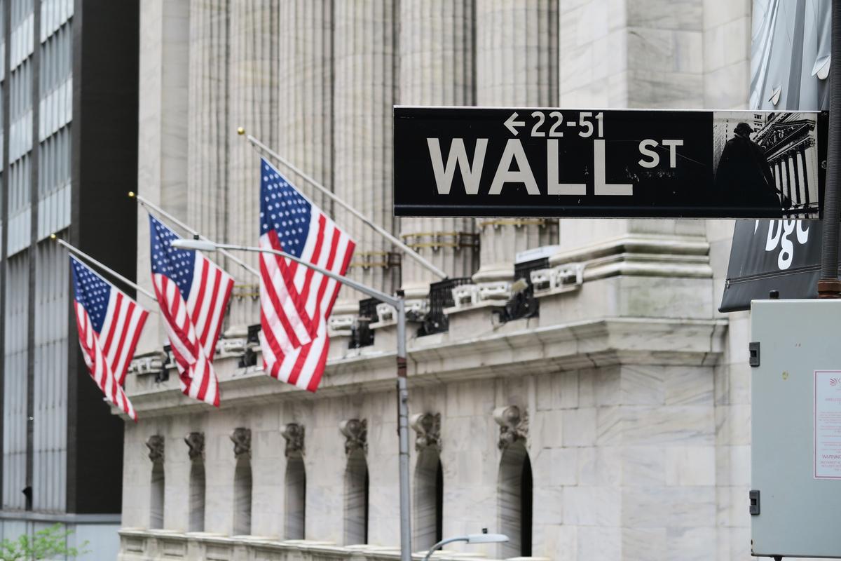 華爾街路標與紐約證券交易所。(中央社)