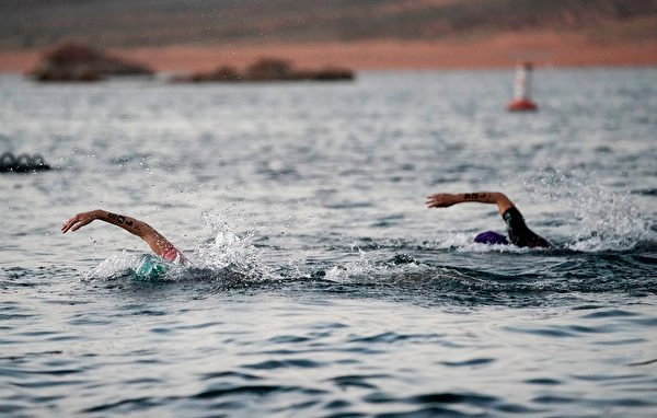 2021年9月18日,美國猶他州聖喬治(St. George),「鐵人70.3世界錦標賽」(IRONMAN 70.3 World Championship)期間,選手們正在進行遊泳項目比賽。(Patrick McDermott/Getty Images for IRONMAN)