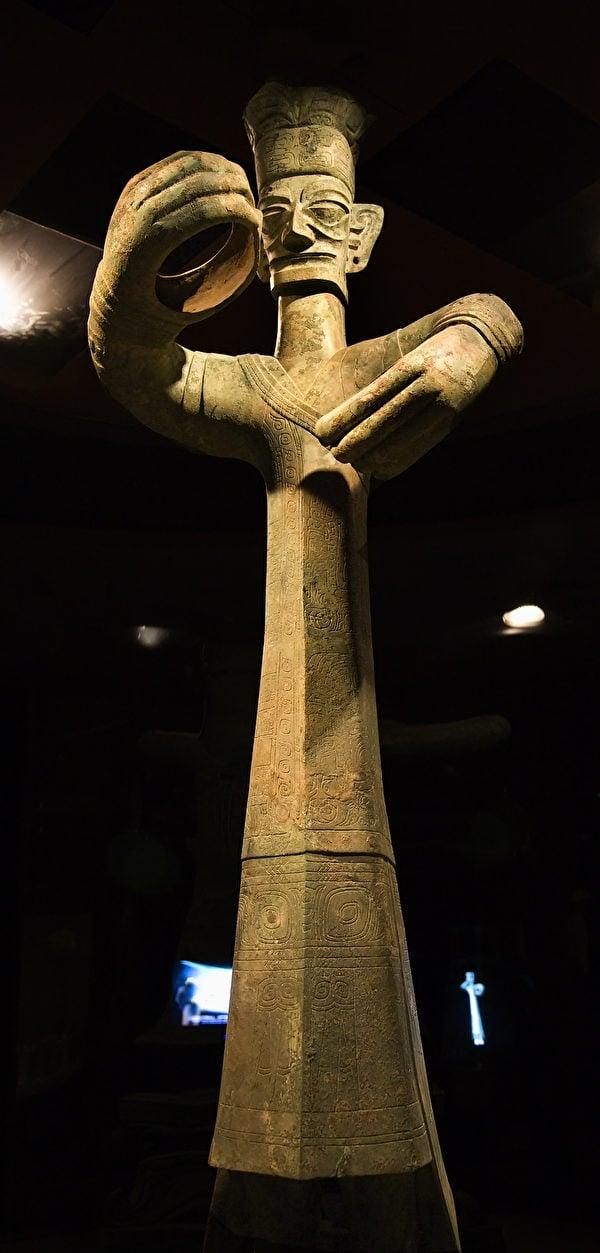 現藏於四川廣漢三星堆博物館裏的青銅立人像,距今三千多年歷史,是中國發現的距今最久遠、最高大的青銅人像。(ShutterStock)