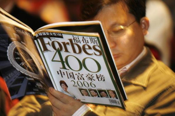 受2018年中美貿易緊張局勢的影響,中國富人財富縮水近5,300億美元。圖為2006年福布斯中國富豪榜。(Getty Images)