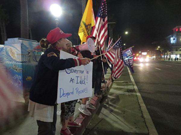 民眾聚集在杭廷頓海灘,抗議州長紐森的宵禁令。(李梅/大紀元)