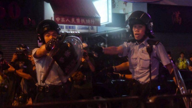 香港荃灣地區2019年8月25日爆發警民衝突的過程中,有數名警員將手槍指向抗議者。(LILLIAN SUWANRUMPHA/AFP/Getty Images)