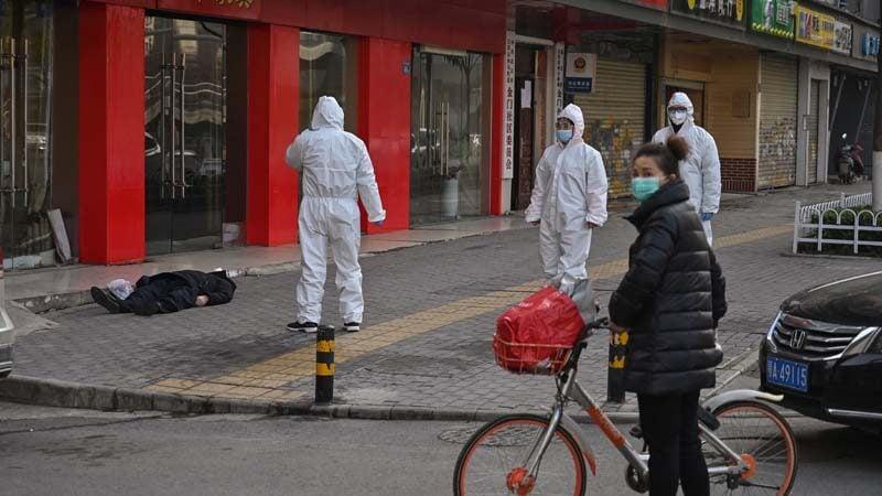 圖為2020年疫情高峰期,武漢街頭隨處可見屍體。(HECTOR RETAMAL/AFP via Getty Images)